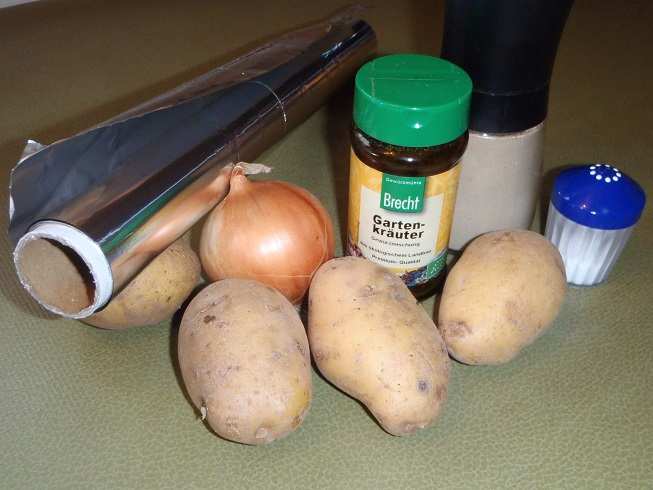 Das braucht ihr für das schnelle Menü - Alufolie, Gewürze, eine Zwiebel und Kartoffeln